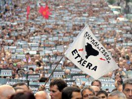 """***CORRIGE CLASIFICACIÓN TEMÁTICA***. BIL09. BILBAO, 24/09/2011.- Una bandera con el lema """"Euskal presoak eta iheslariak-Etxera"""" (Presos y refugiados vascos-A casa) ondea ante miles de personas que se manifiestan hoy por las calles de Bilbao convocados por las formaciones que integran Bildu, además de Aralar, sindicatos nacionalistas y organizaciones como Lokarri, contra la sentencia del caso Bateragune, que condenó, entre otros, al exportavoz de Batasuna Arnaldo Otegi. EFE/Alfredo Aldai"""