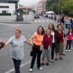 Varias generaciones de vilaxoaneses se unieron en una cadena en la que no faltaron los cantos. g. salgado